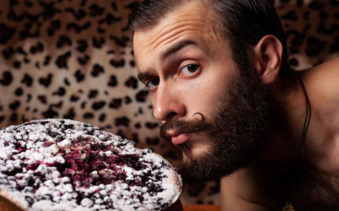 Manger et boire proprement avec une moustache et une barbe
